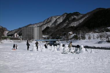 水上で雪遊び!親子で楽しむ3つの方法!-公園での雪遊-水紀行館